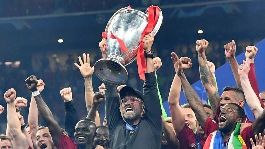 Die Champions-League-Trophäe könnte 2024 auf eine lange Reise gehen.