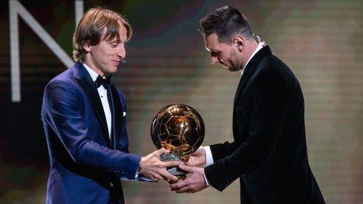 Vorjahres-Sieger Luka Modric überreicht Lionel Messi dessen sechsten Ballon d'Or.