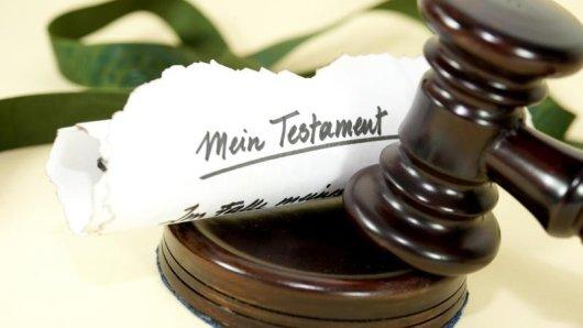 Ein Testament kann jederzeit geändert werden. Anders ist das bei einem Erbvertrag: hier handelt es sich um einen verbindlichen Vertrag zwischen dem Erblasser und dem späteren Erben.