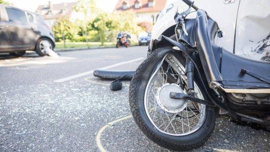 Der Mopedfahrer wurde mit schweren Verletzungen in ein Krankenhaus gebracht.