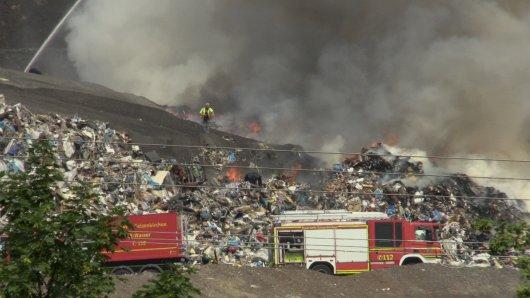 Eine Deponie in Gelsenkirchen fing Feuer. Die Rauchwolke ist von Weitem gut sichtbar.