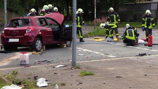 In dem weinroten Renault Clio wurde eine Frau (60) eingeklemmt.