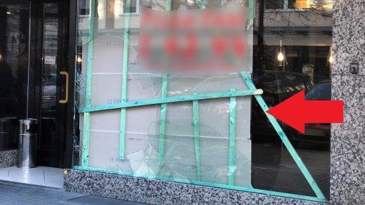 Bei einer Festnahme krachten ein Tatverdächtiger und ein Polizist durch die Scheibe einer Pizzeria.