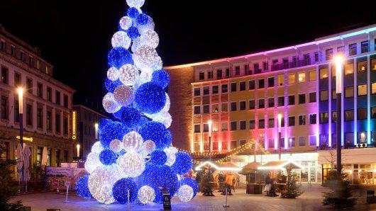 Die blau-weiße Tanne aus Leuchtkugeln steht präsent auf dem Gelsenkirchener Weihnachtsmarkt.