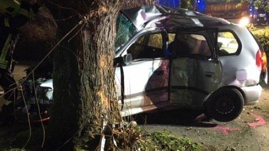 Die Feuerwehr Gelsenkirchen befreite einen schwer verletzten Mann aus diesem Unfallwagen.