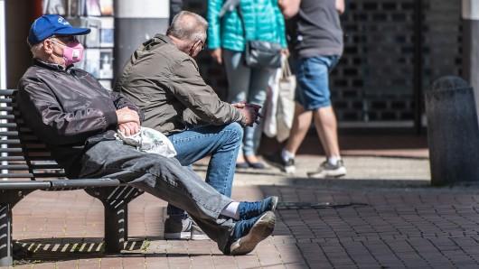 In Gelsenkirchen sind zwei Männer auf einer Bank überfallen worden. (Symbolbild)