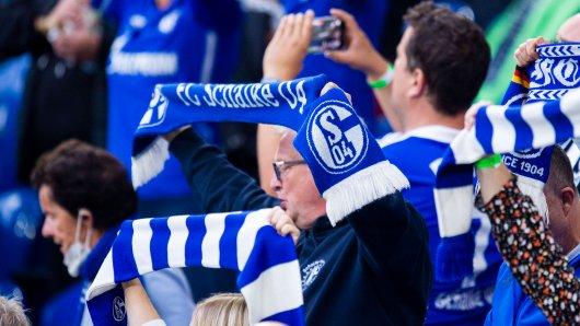 Ein Schalke-Fan ist am Hauptbahnhof in Gelsenkirchen mit einer Flasche attackiert worden. (Symbolbild)