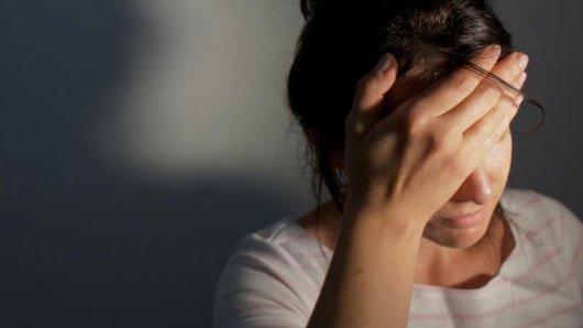 Kopfschmerzen und Schwindel nach einem Stoß auf den Kopf können auf eine Gehirnerschütterung hindeuten.