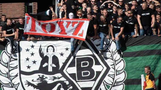 1. FC Köln - Borussia Mönchengladbach: Dieses Banner löste bei manchen Zuschauern große Fragezeichen aus.