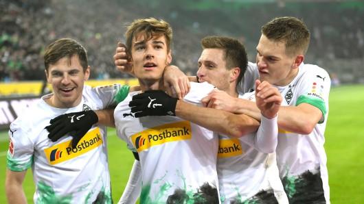 v.l.: Jonas Hofmann, Florian Neuhaus, Patrick Herrmann und Matthias Ginter bejubeln das 3:1 gegen Mainz.