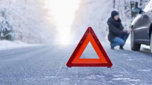Eine Autopanne kommt unvermittelt und immer unpassend. Mit wenigen Hilfsmitteln können sich Autofahrer aber bei einem unfreiwilligen Stop behelfen.
