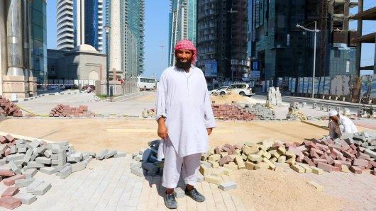 Einer der zahlreichen Bauarbeiter, die derzeit in Doha Stadien für die WM 2022 bauen.