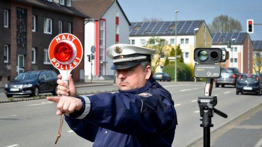 Blitzmarathon in NRW: Polizeihauptkommisar Michael Pohl misst auf dem Südring in Bottrop die Geschwindigkeit der Autofahrer. Insgesamt sind rund 2900 Einsatzkräfte von Polizei und Kommunen unterwegs.