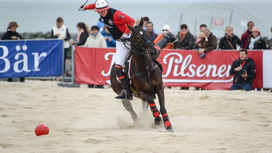 Bis zu 10 000 Besucher kommen an Pfingsten auf Sylt, um den Beach Polo World Cup mitzuerleben.
