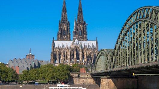 Kölner Dom mit Hohenzollernbrücke und Philharmonie vorne Rhein Köln Nordrhein Westfalen Deutschl