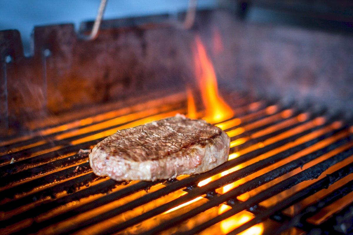 Weber Holzkohlegrill Steak Grillen : Temperatur und würzen so grillen sie das perfekte steak