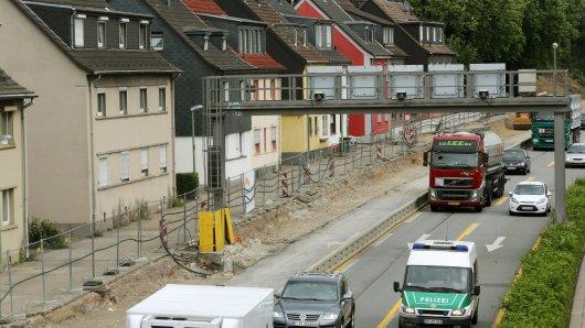 Autos fahren in Essen auf der A40 bei Essen-Frillendorf an den abgerissenen Schallschutzwänden vorbei.