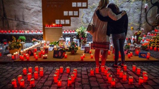 Auch fünf Jahre nach der Katastrophe bei der Loveparade 2010 sitzt der Schmerz noch tief. Mit einer Nacht der 1000 Lichter haben Angehörige und Betroffene am Donnerstagabend der 21 Toten gedacht.