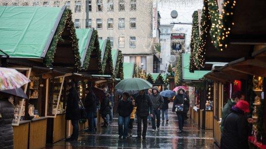Weihnachtsmarkt-Bummel bei Regen? Nicht die verlockendste Aussicht. Nicht nur in Essen (Bild) leiden die Händler unter dem schlechten Wetter der vergangenen Wochen.