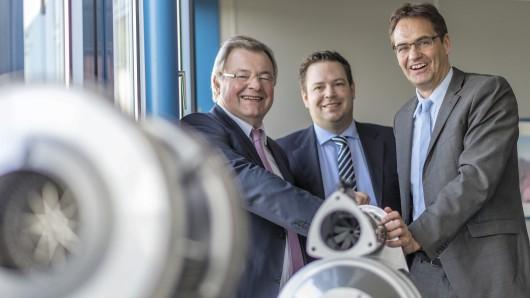 Optimistische Mienen auch bei der Firma HJS in Menden.  Von links nach rechts Franz-Josef Schulte, Philipp Schulte und der Europaabgeordnete Peter Liese.