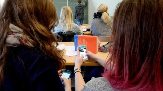 Handys im Unterricht? Das kann die Schule per Schulordnung untersagen. Aber wie weit darf das gehen?