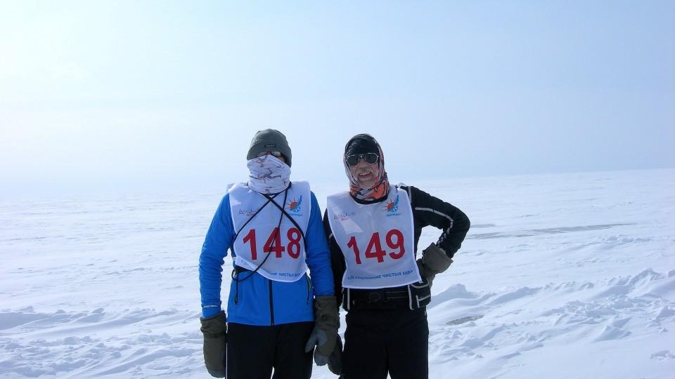 Über die schier endlosen Weiten des zugefrorenen Baikalsees lief das weit auseinander gerissene Teilnehmerfeld in Richtung Ziel.