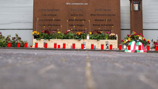 Kerzen und frische Blumen an der Gedenktafel: In Haltern läuteten am Jahrestag des Germanwings-Absturzes um 10.41 alle Kirchenglocken.