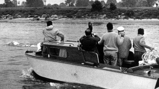 Sensation 1966:  Der weiße Wal schwimmt im Rhein vor der ihn verfolgenden Yacht mit den Wal-Jägern her. Vorn auf dem Boot Duisburgs Zoodirektor Dr. Wolfgang Gewalt. Alle Versuche, das Tier zu fangen, scheiterten und es entwischte in friedliche holländische Gewässer, wo die Waljagd verboten wurde.