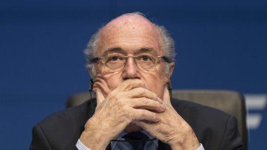 Der ehemalige FIFA-Präsident Joseph Blatter bleibt lange gesperrt.