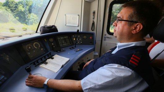 Der 50-jährige Ralf Totzek ist Lokführer bei der Deutschen Bahn und fährt seit vielen Jahren unter anderem auch die S 2. Dabei schätzt er die Fahrt durch die Natur.