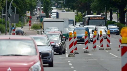 Die Friedrich-Ebert-Straße in Bottrop ist seit Freitag gesperrt. Grund dafür sind Kanalbauarbeiten, die bis 2019 andauern werden. (Archivbild)