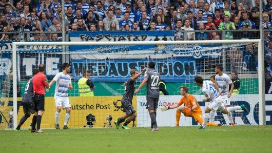 Bitterer Moment für den MSV Duisburg: Fabian Schnellhardt (2. v. r.) trifft ins eigene Netz.