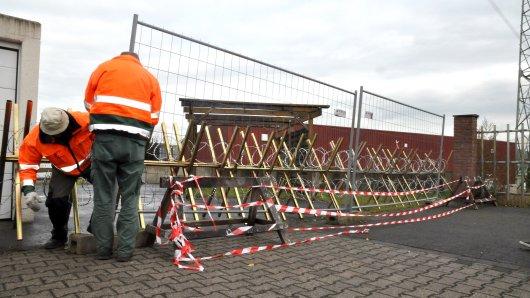 Um die etwa 20 Bewohner zu schützen, hat die Stadt einen Bauzaun vor die Barriere stellen lassen.