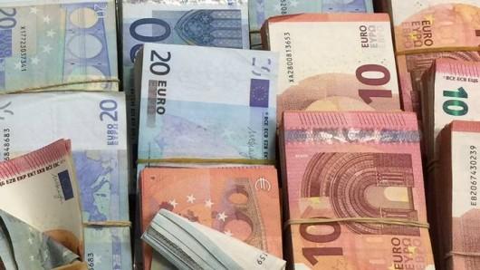 Bargeld in szenetypischer Stückelung - schreibt der Zoll über diese Geldpäckchen