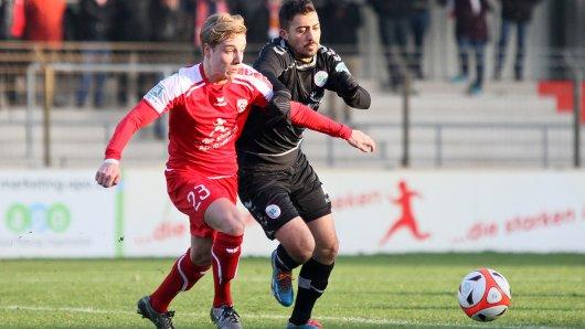 Güngör Kaya (r.) von RWO kämpft mit Ahlens Tim Kallenbach um den Ball.