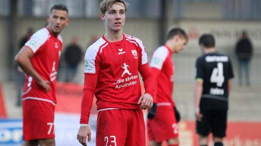 Tim Kallenbach (Mitte) und René Klingenburg (l.) verloren mit Ahlen gegen Rot-Weiß Oberhausen.