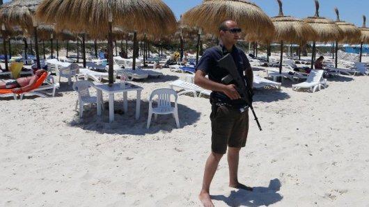Am Strand des Hotels Imperial Marhaba im tunesischen Sousse wurden nach dem Anschlag verstärkt Sicherheitskräfte eingesetzt.