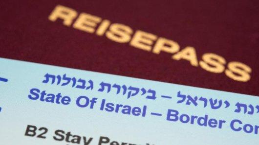 Ein kleiner blau-weißer Zettel inklusive Barcode, dem eingescannten Foto aus dem Reisepass und der Passnummer ermöglicht die Einreise nach Israel.