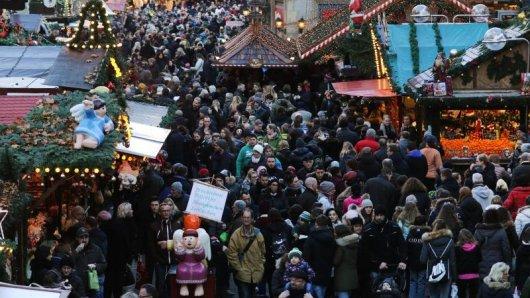 Besucher laufen über den gut besuchten Dortmunder Weihnachtsmarkt. Taschendiebe lieben das dichte Gedränge auf dem Weihnachtsmarkt. Seine Wertsachen sollte man immer im Blick haben.