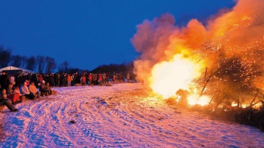 Mit dem Biikebrennen wird in Nordfriesland traditionell der Winter verabschiedet. Die Feuer lodern am 21. Februar vielerorts in der Region.
