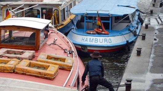 Die Fahrt mit einer Barkasse ist für viele Besucher Hamburgs eine Attraktion.