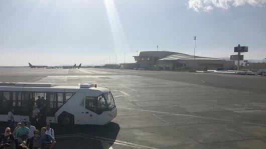 Weil der Rückflug einer Urlauberin vom Veranstalter umgebucht wurde, muss die Airline sie entschädigen. Das entschied das Landgericht Frankfurt.