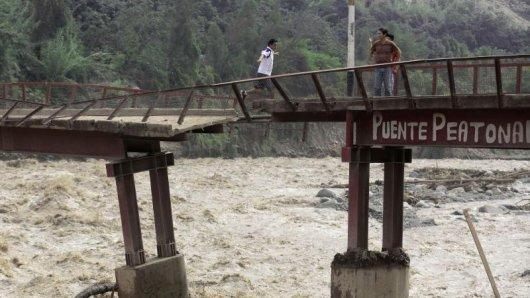 Durch die Überschwemmungen wurden Flüsse zu reißenden Strömen, die Ortschaften verschwinden ließen und Autos mit sich rissen.