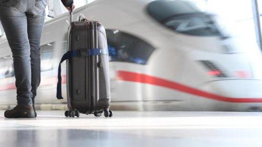 Einige Reiseveranstalter bieten ihren Kunden einen Zug-zum-Flug-Service an. Damit machen sie sich haftbar, wenn wegen einer Bahn-Verspätung der Flug verpasst wird.