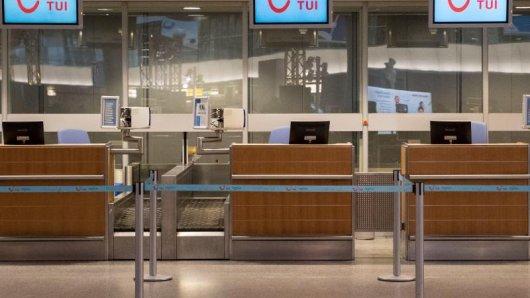 Leerer Check-In-Schalter:Der Ferienflieger Tuifly bekam Anfang Oktober 2016 wegen fehlender Crews kaum noch Flugzeuge in die Luft.