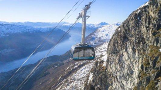 Eine neue Gondelseilbahn im Westen Norwegens überwindet in wenigen Minuten 1000 Höhenmeter - und bietet schon während der Fahrt spektakuläre Ausblicke.