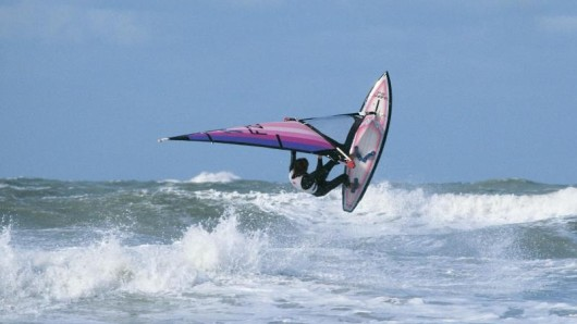 Hier ist ein Profi im Wasser. An der niederländischen Küste gibt es allerdings viele Orte, die sich besonders für Surf-Einsteiger eignen.