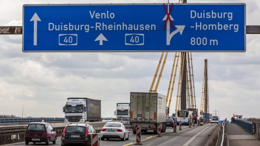 Pendler auf der A40-Rheinbrücke müssen wieder einmal mit Staus rechnen. (Symbolbild)