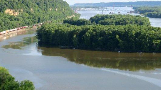 Leerer Fluss, volles Gleis: Viele Güter werden - wie hier am Mississippi Palisades State Park - nicht mehr auf dem Mississippi transportiert, sondern an seinen Ufern.
