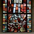 Ein Kichenfenster in der St. Josephs-Kirche in Gelsenkirchen-Schalke zeigt den Heiligen St. Aloisius mit blau-weißen Fußballschuhen.